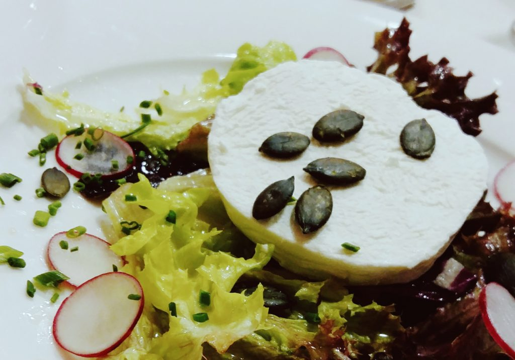 Salat mit Ziegenfrischkäse